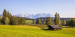 Austria, Tyrol, Kitzbuehel, Schwarzsee, hut and Wilder Kaiser - WDF003543