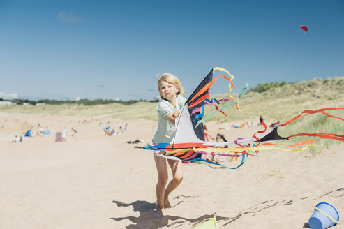 France, Brittany, Cap Frehel, Cote d'Emeraude, boy flying kite on beach - MJF001818