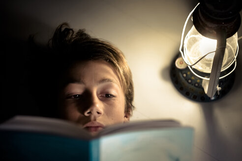 Boy reading a book - SIPF000208