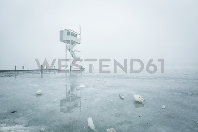 Germany, Berlin-Koepenick, view to frozen Mueggelsee with diving tower in the fog - ASCF000515