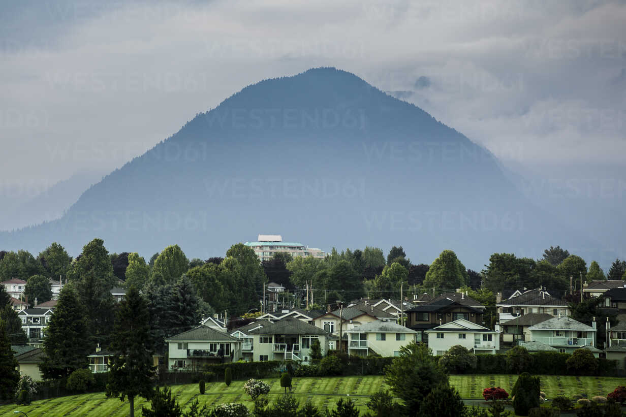 Canada, Vancouver, mountain in fog - NGF000306 - Nadine Ginzel/Westend61