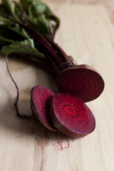 Sliced beetroot on wood - VABF000253