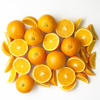 Whole and sliced oranges on white ground - SRSF000610