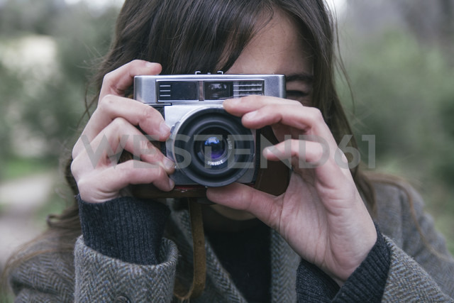 Woman taking a photo with an analog camera - ABZF000232