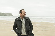 France, Bretagne, Finistere, Crozon peninsula, man on the beach - UUF006645