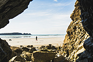 France, Bretagne, Finistere, Crozon peninsula, woman walking on the beach - UUF006675