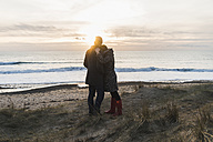 France, Bretagne, Finistere, Crozon peninsula, couple hugging at the coast at sunset - UUF006690