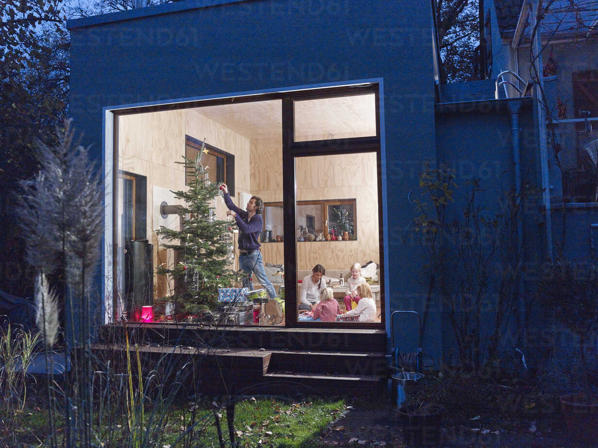 Family celebrating Christmas at home - RHF001372 - Rainer Holz/Westend61