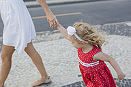 Mother and daughter walking hand in hand - MAUF000253