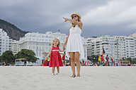 Brasil, Rio de Janeiro, mother and daughter on Copacabana beach - MAUF000262