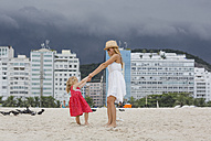 Brasil, Rio de Janeiro, mother and daughter playing on Copacabana beach - MAUF000271