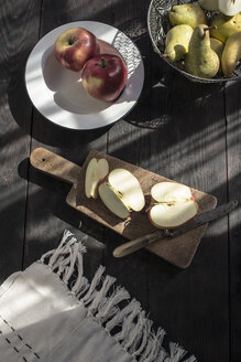 Sliced apple on wooden board - DEGF000680