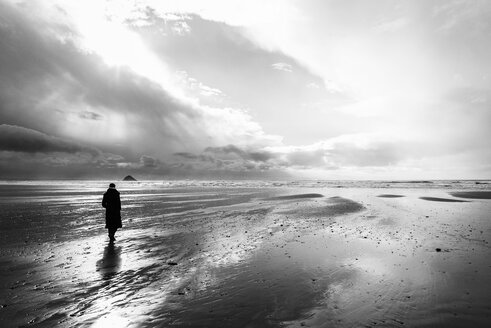 France, Bretagne, Finistere, Crozon peninsula, woman walking on the beach - UUF006709