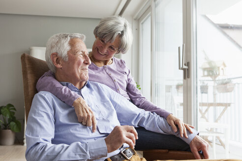 Happy senior couple at home - RBF004162