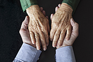 Senior couple holding hands, close-up - RBF004186