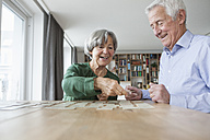 Senior couple playing memory at home - RBF004195