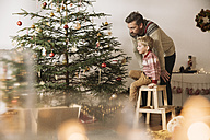 Father and son decorating Christmas tree - MFF002794