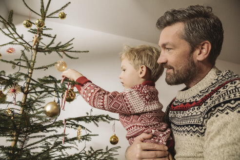Father and son decorating Christmas tree - MFF002803