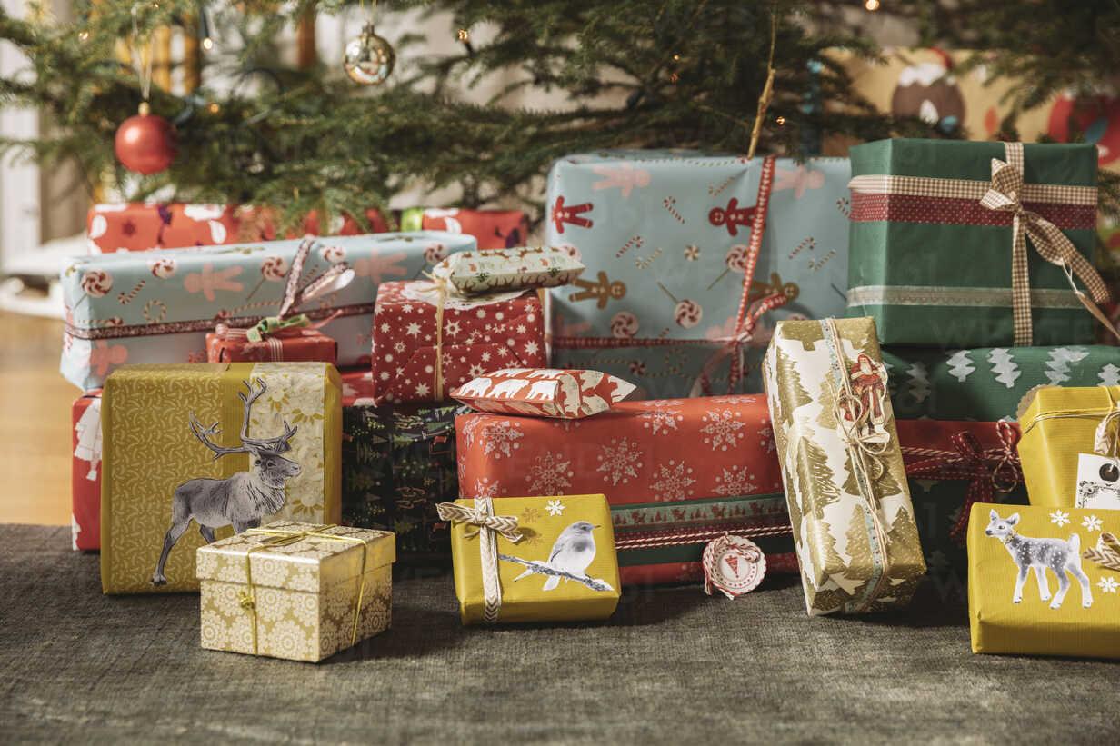 Christmas presents under tree - MFF002806 - Mareen Fischinger/Westend61