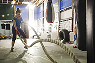Woman exercising with ropes in gym - ZEDF000067