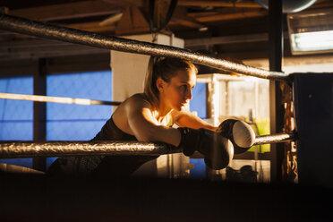 Female boxer taking a rest - ZEDF000070