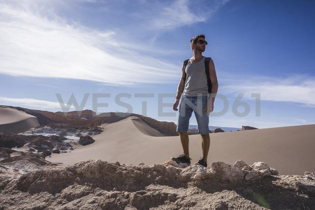 Chile, San Pedro de Atacama, Valley of the Moon, hiker in the desert - MAUF000300 - Mauro Grigollo/Westend61