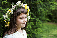 Portrait of smiling little girl wearing flowers - VABF000294