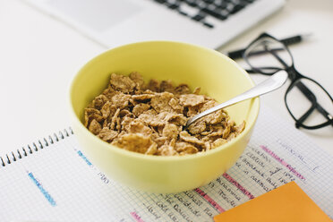 Muesli bowl and notepad on desktop - EBSF001266