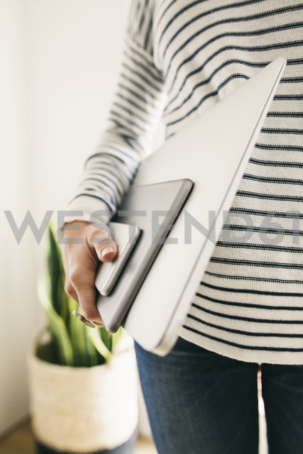 Woman holding portable devices in different sizes - EBSF001290 - Bonninstudio/Westend61