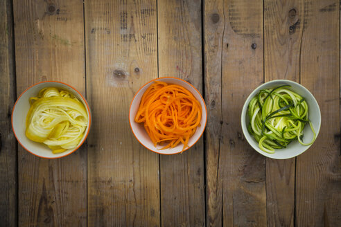Bowls of spiralized carrots and different zucchinis - LVF004623