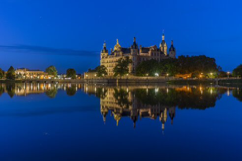 Germany, Mecklenburg-Vorpommern, Schwerin, Schwerin Palace with lake in the evening - PVCF000808