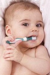 Portrait of baby girl brushing teeth - DSF000641