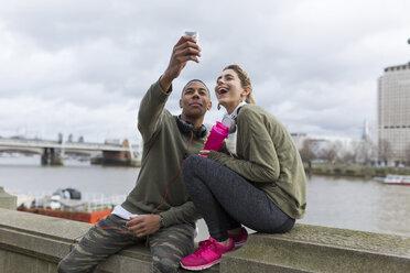 UK, London, two runners taking a selfie at riverwalk - BOYF000140