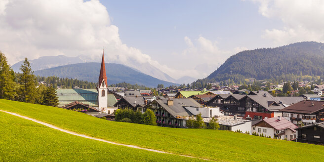 Austria, Tyrol, Seefeld in Tirol, townscape with parish church St. Oswald - WDF003572