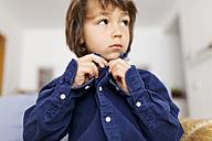 Little boy buttoning his shirt - VABF000358