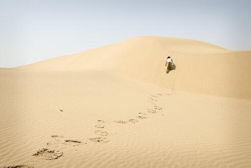 Man walking alone in the desert - BMAF000134