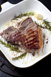Porterhouse steak with rosmary and garlic in grill pan - CSF027296