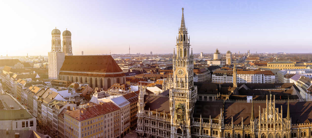 Germany, Bavaria, Munich, Church of Our Lady and New Town Hall at Marienplatz, Panorama - ZMF000463 - Michael Zwahlen/Westend61