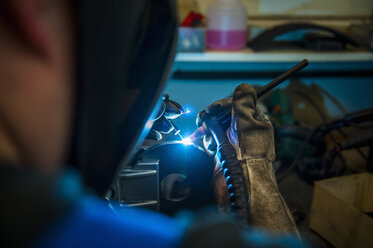 Welder working with protective mask - DIGF000081