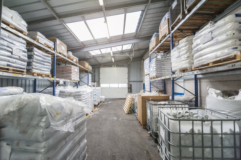 Empty industrial hall with high racks - DIGF000087