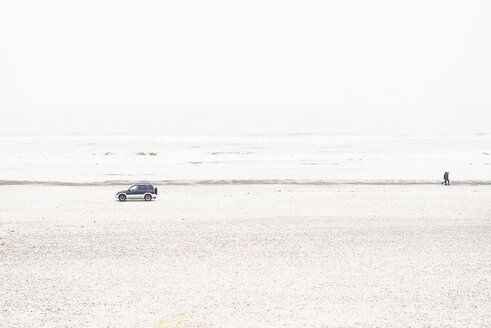 Denmark, Henne Strand, Car and walking couple at the beach - BMA000158