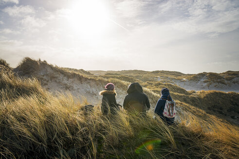Denmark, Henne Strand, People hiking in dune landscape - BMA000176