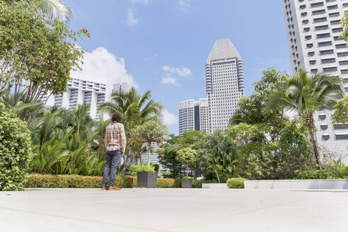 Singapore, Man standing on terrace of luxury hotel - BMA000185