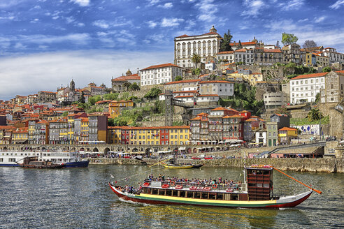 Portugal, Porto, River Duoro and city with barge - DSG001121