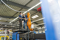 Manager and worker having work meeting in plastics factory - DIGF000145