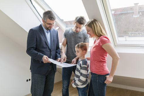 Estate agent explaining family construction plan of a penthouse - SHKF000524
