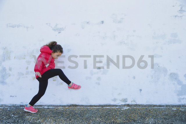 Little girl marching in front of a wall - ERLF000155 - Enrique Ramos/Westend61