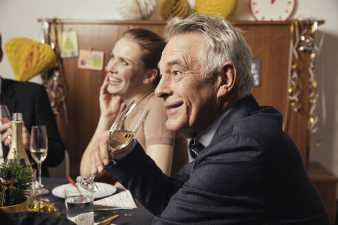 Senior man drinking champagne at New Yera's Eve party - MFF002937