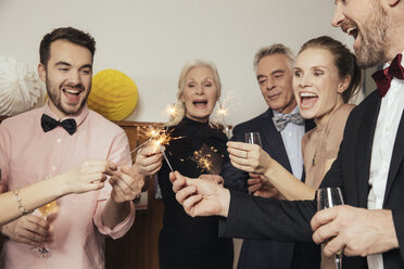 Friends celebrating New Year's Eve together, drinking champagne - MFF002940
