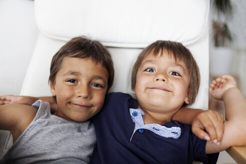 Portrait of two smiling little brothers arm in arm - VABF000376